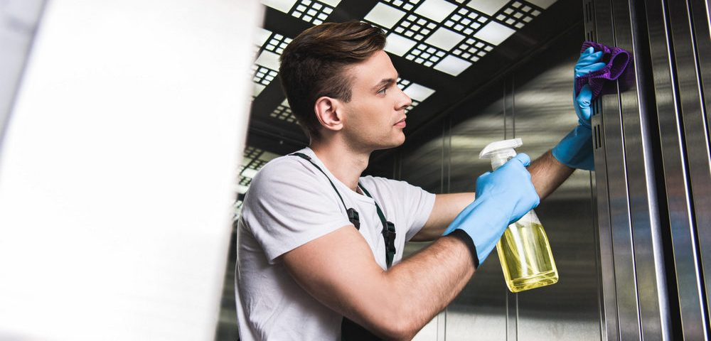 Profissional de limpeza executando todos os cuidados de proteção contra o Covid-19.